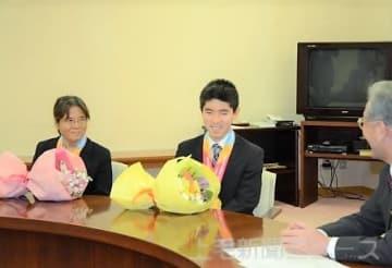反町副知事に結果を報告する(左から)奈良と唐沢