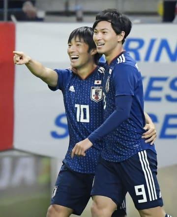 日本―キルギス 後半、ゴールを決め南野(右)と喜ぶ中島=豊田スタジアム