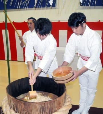 江戸時代から400年以上の歴史を誇る醤油(しょうゆ)の老舗「ヒゲタ醤油」。同社の銚子工場(銚子市)で21日、伝統の製法で年に一度だけ限定生産する醤油「玄蕃蔵(げんばぐら)」の仕込み式が行われた