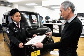 感謝状を受け取る佐野店長代理(左)と佐藤理事長