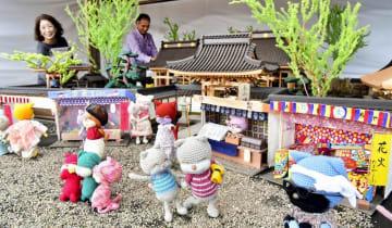 制作が佳境を迎えているネコのぬいぐるみとジオラマのコラボ作品=福井県鯖江市