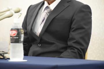記者会見で話す男性(11月22日、東京都内)