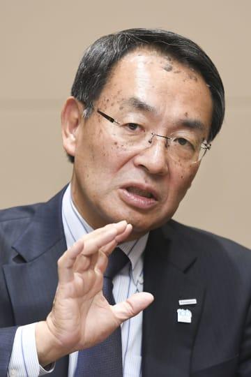 インタビューに応じるパナソニックの津賀一宏社長(共同)