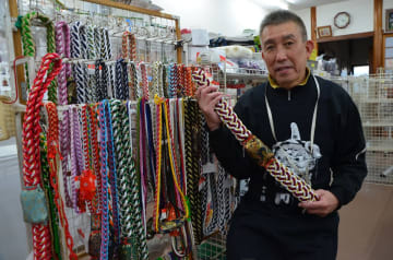 編み上げたリリアンを手にする山下聡さん=唐津市刀町の「やました手芸店」