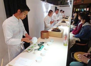 嬉野茶の茶農家らが1杯ずつお茶を振る舞った「ochaba」=東京・六本木ヒルズ