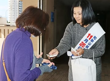 【知事選への投票を呼び掛ける県職員(和歌山県田辺市東山1丁目で)】