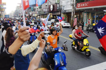 国民党の韓国瑜氏らをバイクに乗って応援する有権者ら=22日、台湾・高雄市(共同)