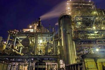 工場夜景カレンダー好評 「これまでにない迫力」
