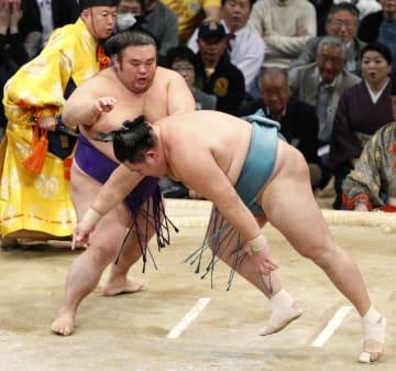 貴景勝(左)が突き落としで玉鷲を下す=福岡国際センター