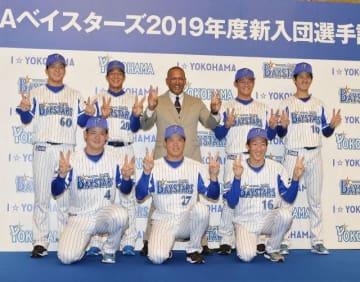 笑顔でラミレス監督と記念写真に収まる、前列左から伊藤、上茶谷、大貫、後列左から知野、勝又、益子、宮城=横浜市内のホテル