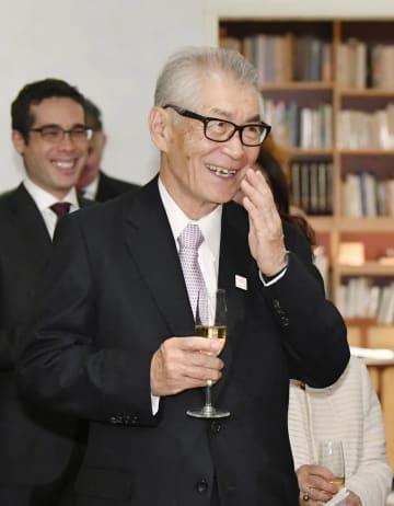 スウェーデン大使公邸での祝賀会に出席し、笑顔を見せるノーベル医学生理学賞に決まった本庶佑・京都大特別教授=22日午後、東京都港区