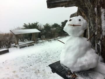 雪で覆われた剣山頂上ヒュッテ周辺=22日午後3時50分ごろ(ヒュッテ提供)