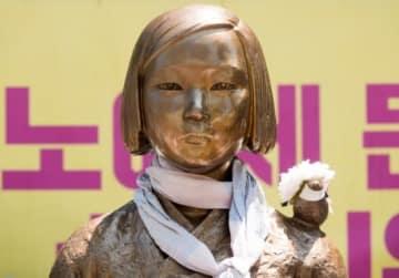 韓国・ソウルの日本大使館前に設置された少女像(写真:Lee Jae-Won/アフロ)