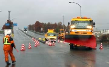 東日本高速道路との合同訓練に取り組む国土交通省の除雪車=22日、長岡市