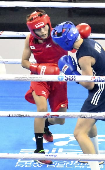 準決勝でウクライナ選手と対戦する和田まどか(左)=ニューデリー(共同)