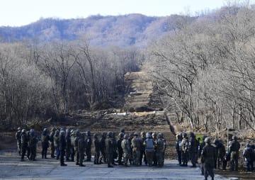 遺骨収集のため南北が整備作業を進めている道路=22日、韓国・江原道鉄原(共同)