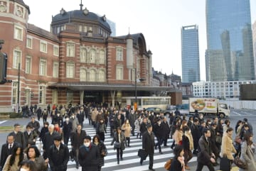 資料:統計 Commuters walk from Tokyo Station on Jan. 4, 2017   2017010400056