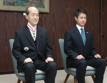 旭日重光章を受章し、湯崎知事(右)と写真に納まる山本会長