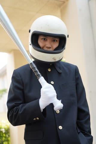 連続ドラマ「今日から俺は!!」で須賀健太さんが演じるヘルメット男のビジュアル=日本テレビ提供