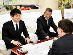 明石市役所を表敬訪問した松本航投手(左)と狭間善徳監督=明石市役所
