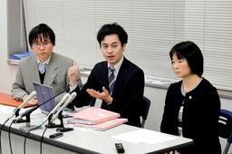 石綿の健康被害を巡り、国との和解後に会見する大阪アスベスト弁護団=22日、神戸司法記者クラブ
