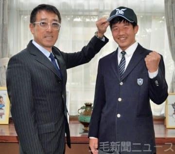 平野監督(左)から帽子をかぶせてもらい笑顔を見せる金子=新田暁高