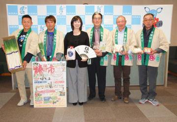 【来月1、2日の「椿縁結び市」をPRする末松市長(左から3番目)と矢田会長(同4番目)ら=鈴鹿市役所で】