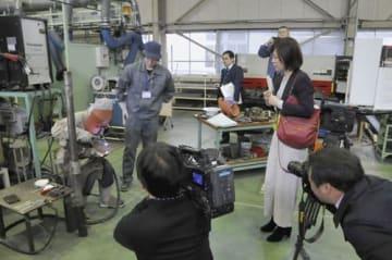 【溶接技術科の訓練を取材する報道関係者ら=四日市市西日野町で】