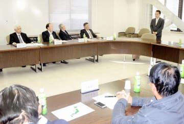 福井県建設業協会の推薦決定を受け、役員に支援を訴える杉本達治氏(左から5人目)=11月15日、福井県建設会館