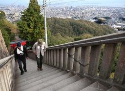高取山頂付近の階段。眼下には神戸港や市街地が広がる(撮影・辰巳直之)