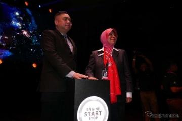 KLIMS 2018のショースタートのボタンを押す、アンソニー・ローク運輸大臣(左)とDatuk 主催者であるMAAのAishah Ahmad代表。