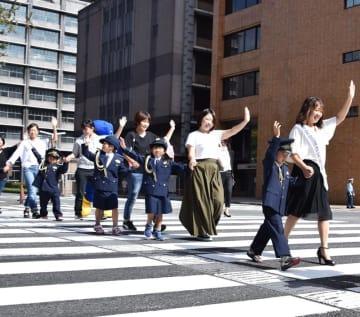 千葉県警のキャンペーンでは、子どもらに正しい横断歩道の渡り方を指導=9月18日、千葉市中央区