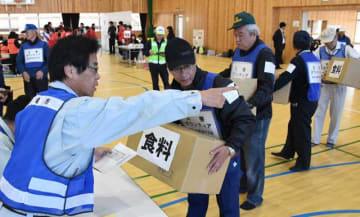 救援物資の集積・輸送訓練を行う参加者たち