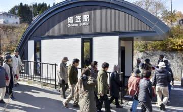 JR山田線の織笠駅を見学する地元住民ら=23日、岩手県山田町
