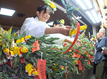 縁起物の「神虎」が並び、朝からにぎわう授与所=22日、大阪市中央区の少彦名神社