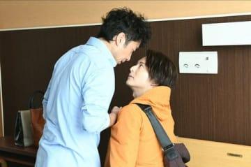 ドラマ「大恋愛~僕を忘れる君と」の第7話に出演する俳優の小池徹平さん(右)とムロツヨシさん(C)TBS