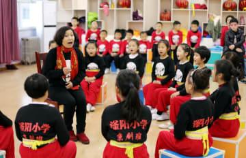 学校で京劇体験 受け継がれる伝統文化 河北省衡水市
