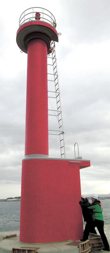 相馬港沖の防波堤に設置された新たな灯台(福島海上保安部提供)