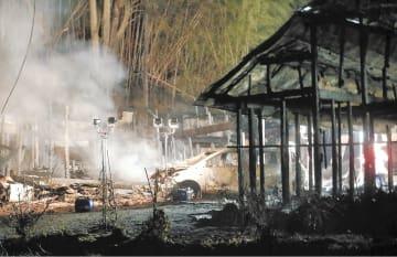 消火作業後も、骨組みだけが残った住宅からしばらく煙が立ち上っていた=22日午前5時ごろ