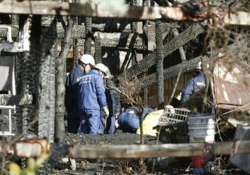 7人の遺体が見つかった福島県小野町の火災現場を調べる捜査員ら=23日午前