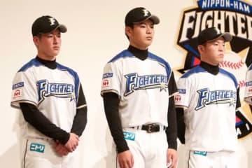 会見に臨んだ日本ハムドラフト1位の吉田輝星(左)ら新入団選手【写真:石川加奈子】