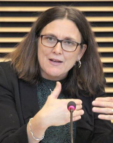 22日、ブリュッセルのEU本部で会見に応じるマルムストローム欧州委員(共同)