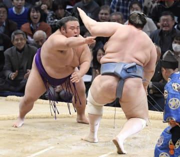 貴景勝(左)が押し倒しで碧山を破る=福岡国際センター