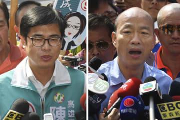 記者団に意気込みを語る民進党の陳其邁氏(左)と国民党の韓国瑜氏=23日、台湾・高雄市(共同)