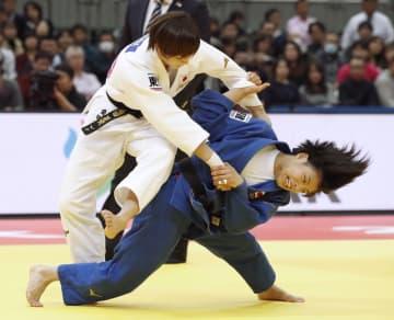 女子52キロ級決勝 角田夏実(左)を攻める阿部詩=丸善インテックアリーナ大阪