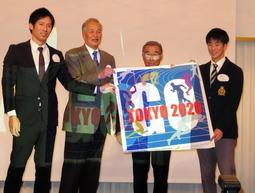 OBで五輪経験者の荻田大樹さん(左から1人目)島崎章さん(同2人目)らが多田修平選手(右)に東京五輪に向けたタペストリーを手渡した