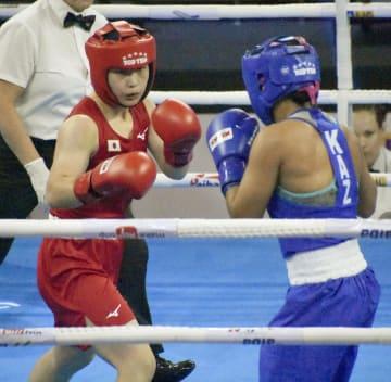 カザフスタン選手と対戦する並木月海=ニューデリー(共同)