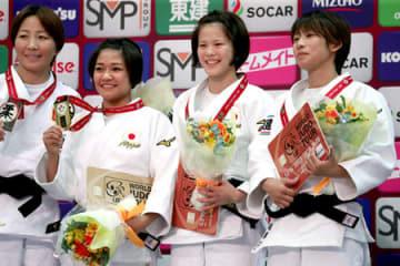 女子48キロ級 銅メダルを獲得し表彰式で笑顔を見せる遠藤(右から2人目、3人目は優勝の渡名喜)=午後6時28分、大阪市・丸善インテックアリーナ大阪