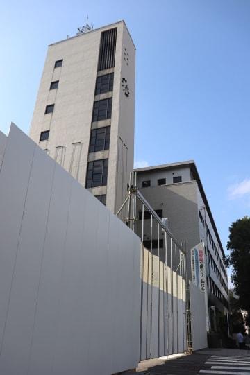 仮囲いされた旧県庁本館=長崎市江戸町