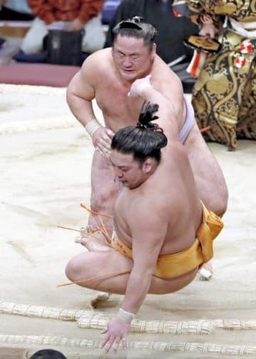 琴恵光(奥)が押し倒しで旭大星を破る=23日、福岡国際センター